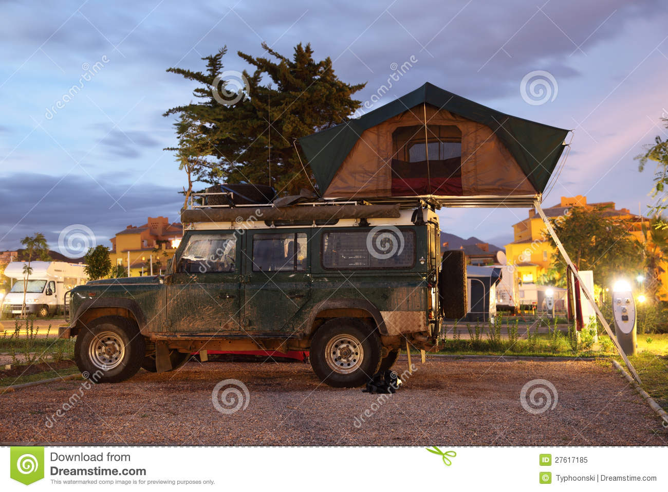 jeep de safari avec une tente de toit image stock image 27617185. Black Bedroom Furniture Sets. Home Design Ideas