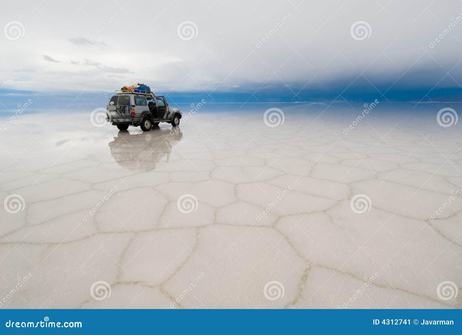 Jeep en el lago de sal Salar de uyuni, Bolivia