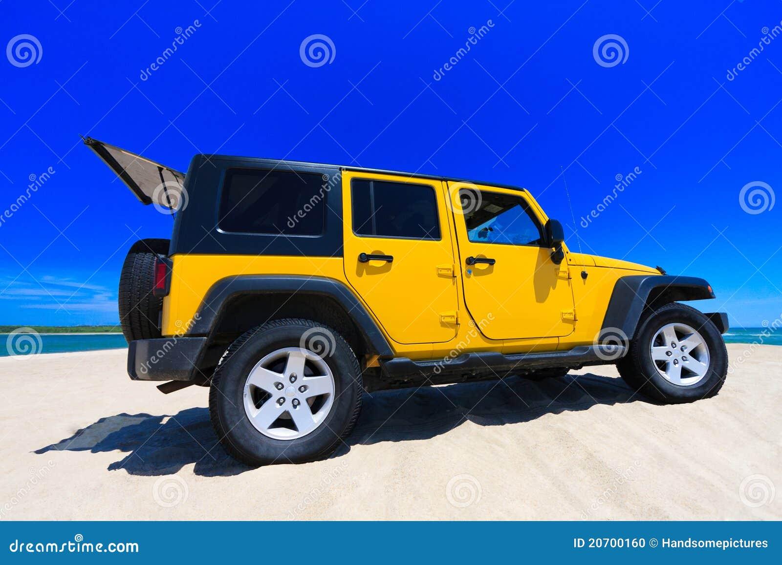 Jeep jaune sur la plage