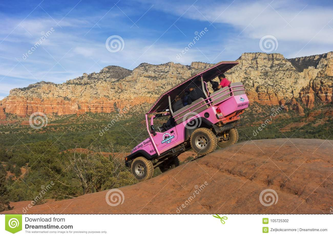 Jeep Off Road Terrain Vehicle rose près de Sedona Arizona