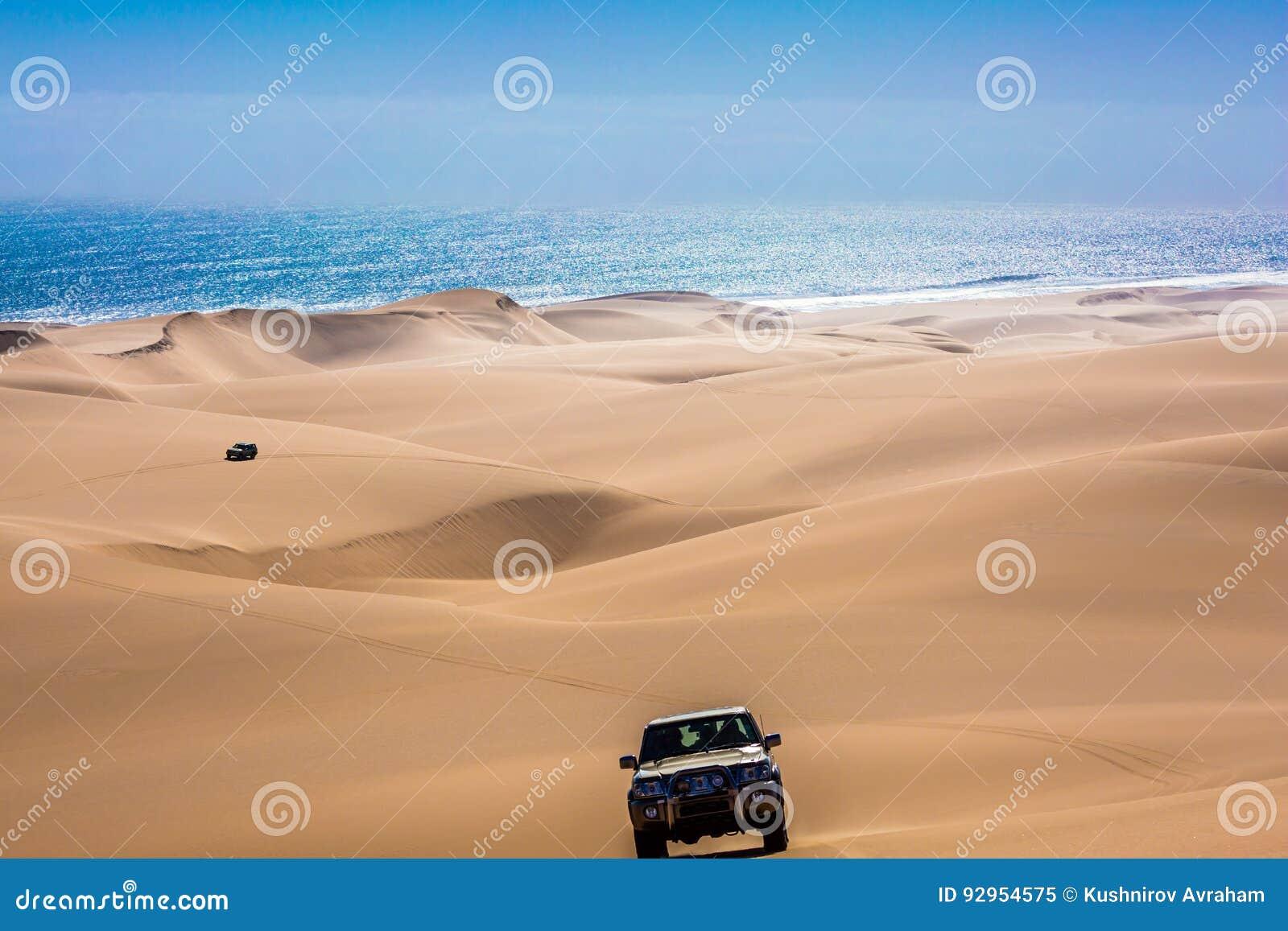 Jeep - safari a través de las dunas de arena