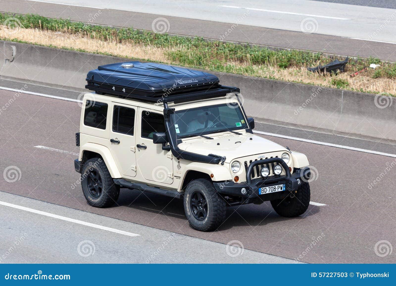 jeep wrangler unlimited sahara avec une tente de toit photo stock ditorial image 57227503. Black Bedroom Furniture Sets. Home Design Ideas