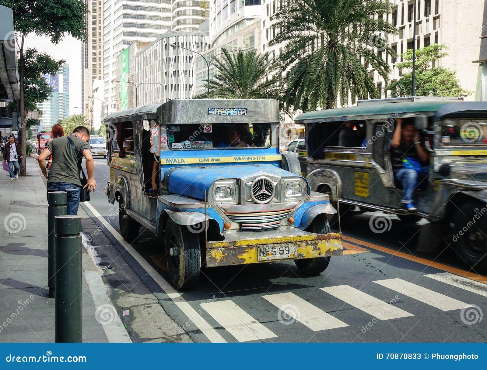 Jeepney corre na estrada de Ayala em Manila, Filipinas