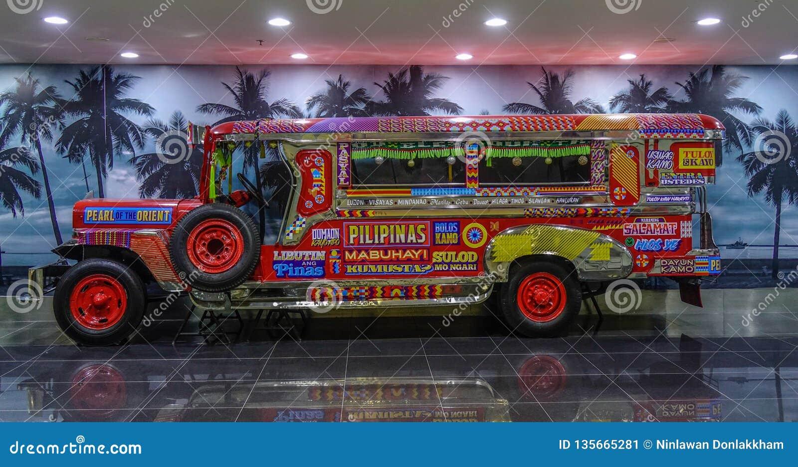 Jeepney voor vertoning in de Luchthaven van Manilla
