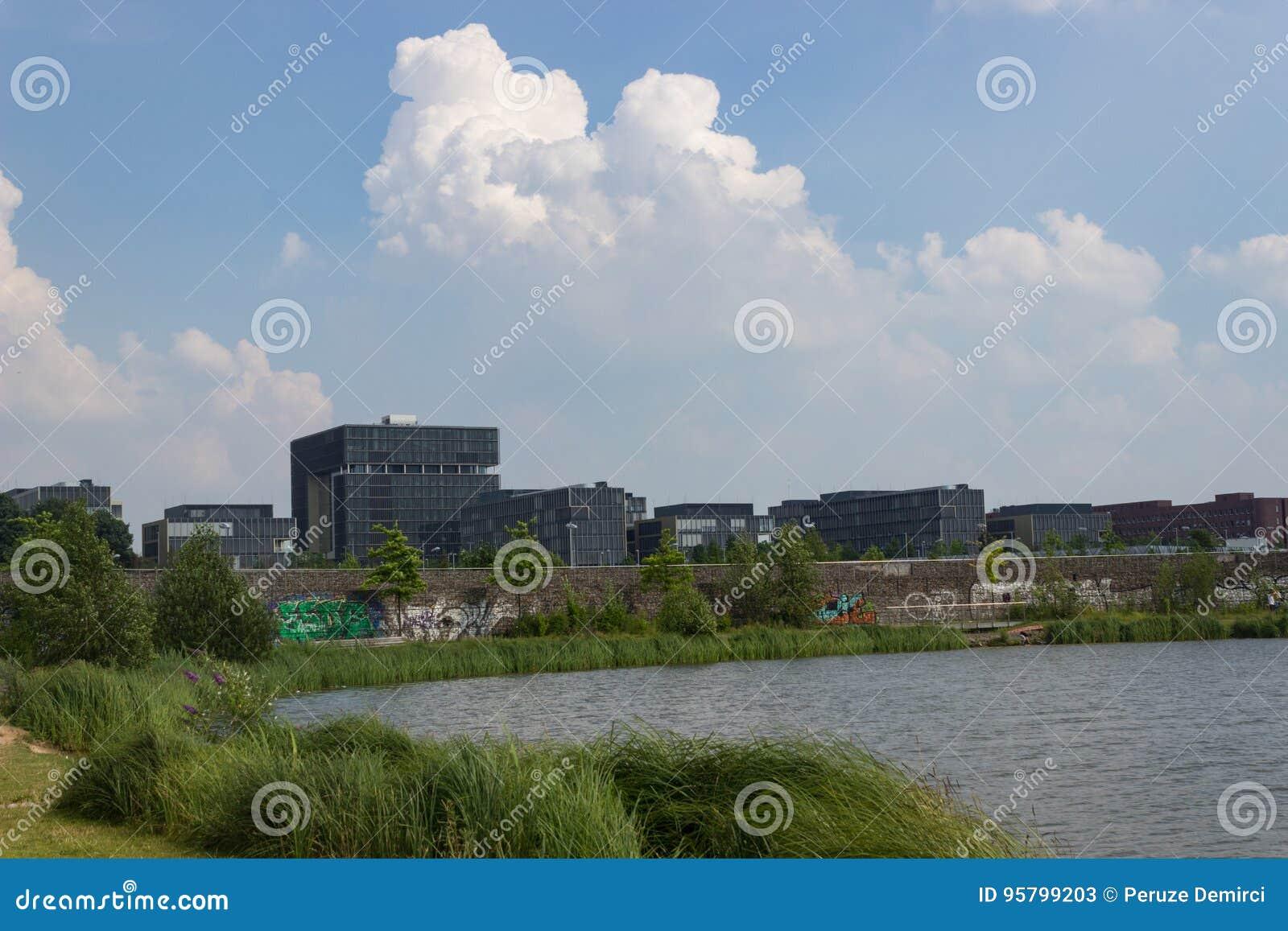 Jefaturas de Krupp detrás de un lago