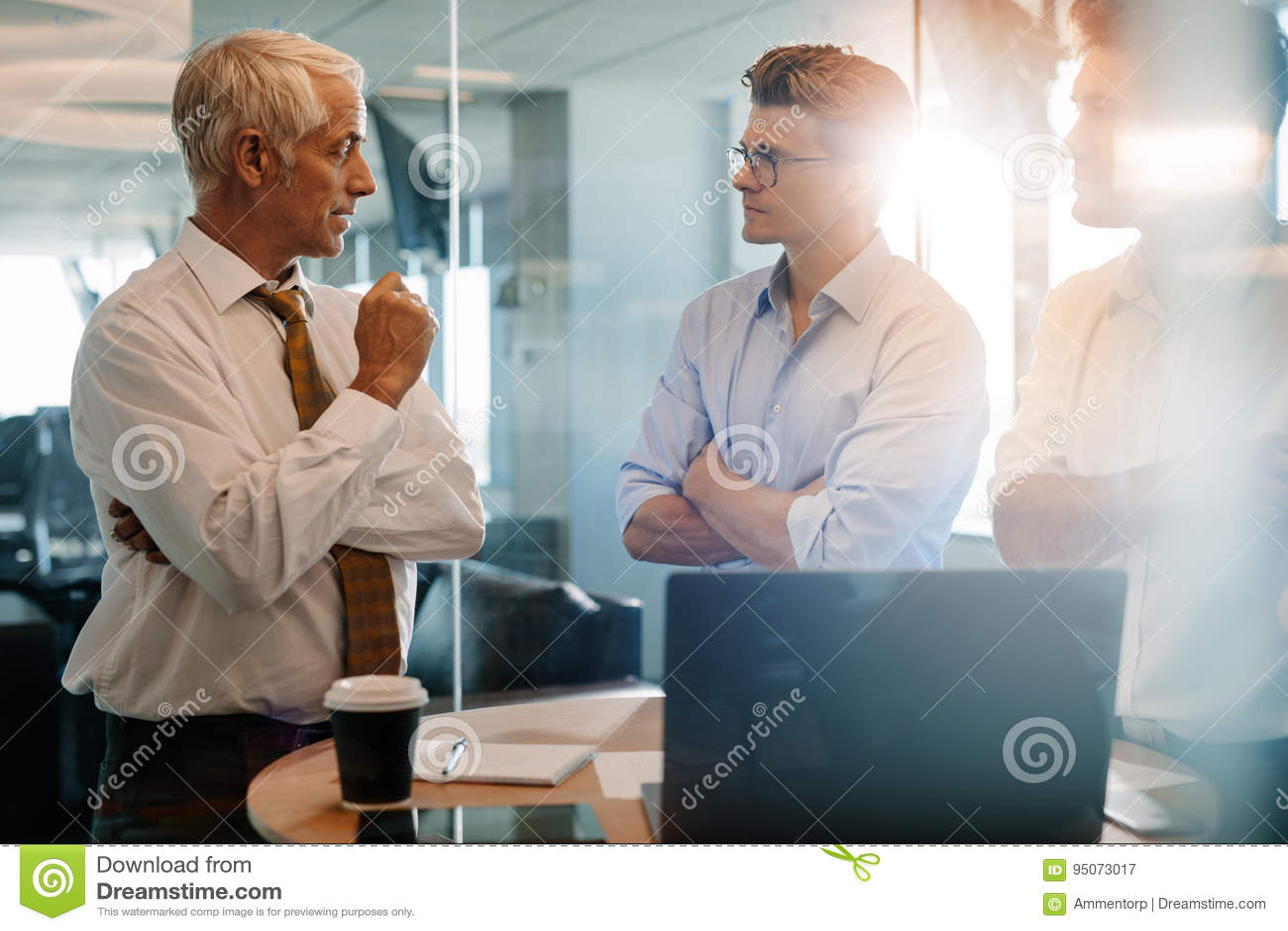 Jefe mayor que da instrucciones del negocio a los compañeros de trabajo