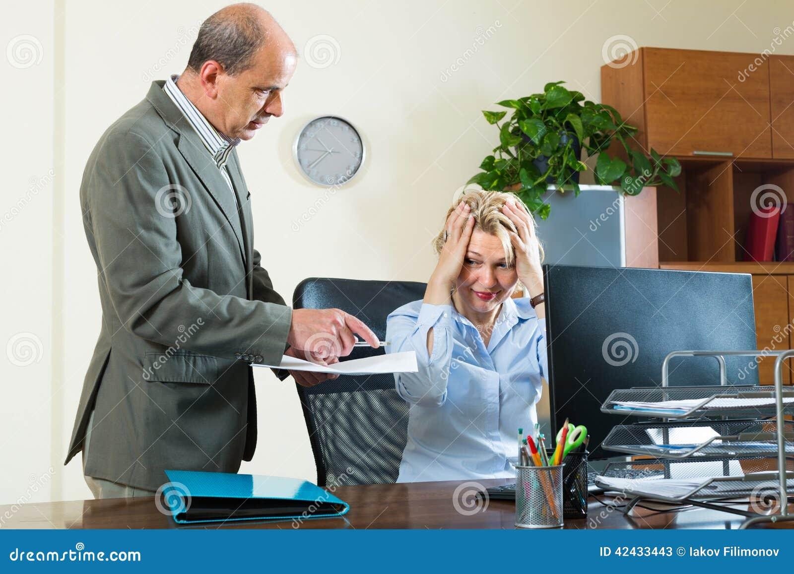 Jefe y secretaria enojados en oficina imagen de archivo for Xxx porno en la oficina