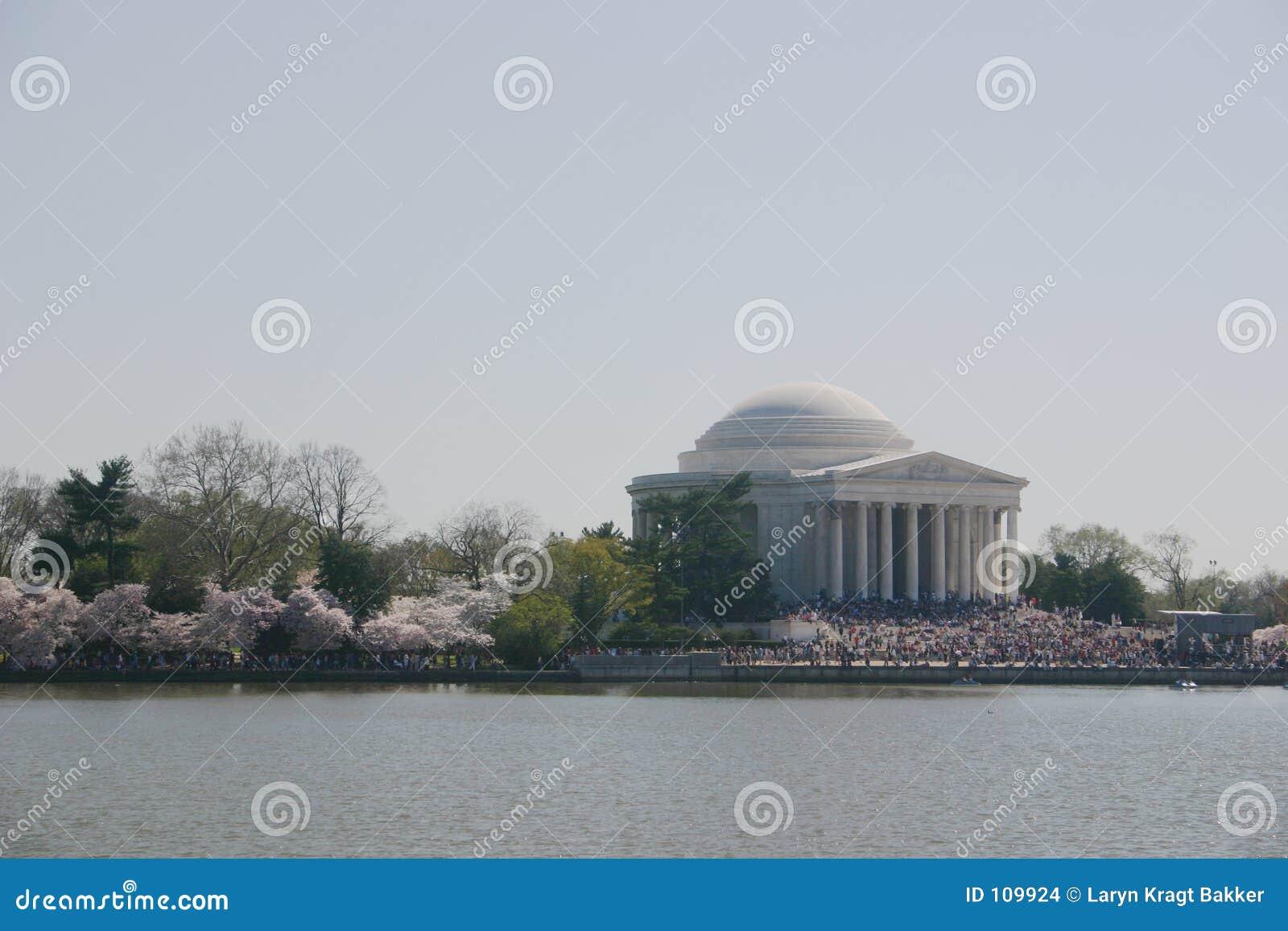 Jefferson-Denkmal mit Blüten