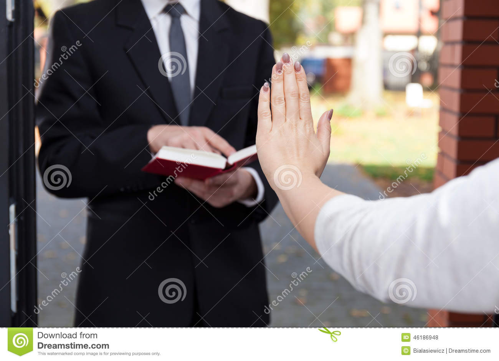 Interpretazione dei Sogni - Pagina 14 Jehovah-s-witness-wants-to-evangelize-refusing-woman-46186948