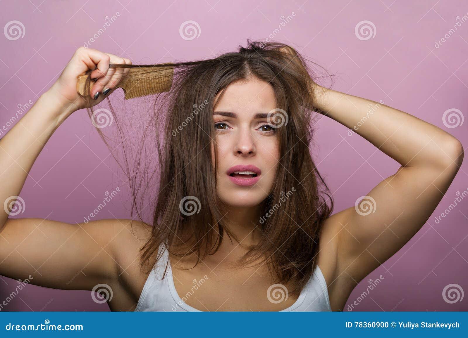 Jej włosy szczotkujący kobieta