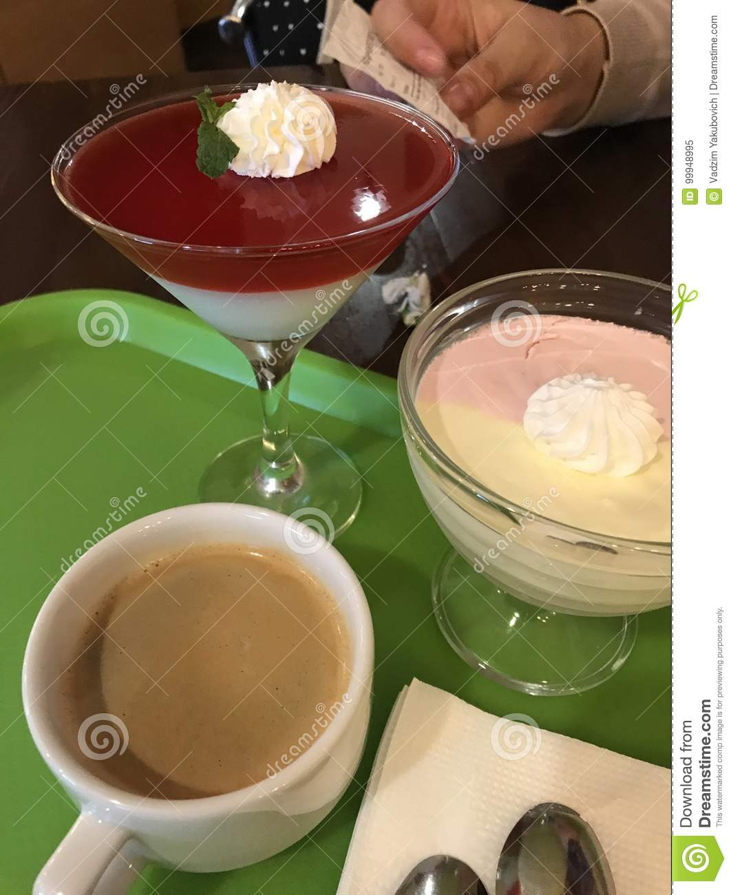 jelly, desserts and coffee Cup are on the Green tray.