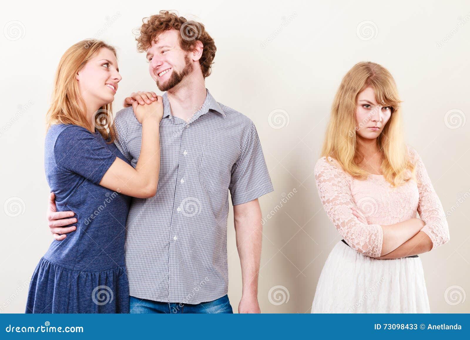 Jelous kvinna med lyckliga par