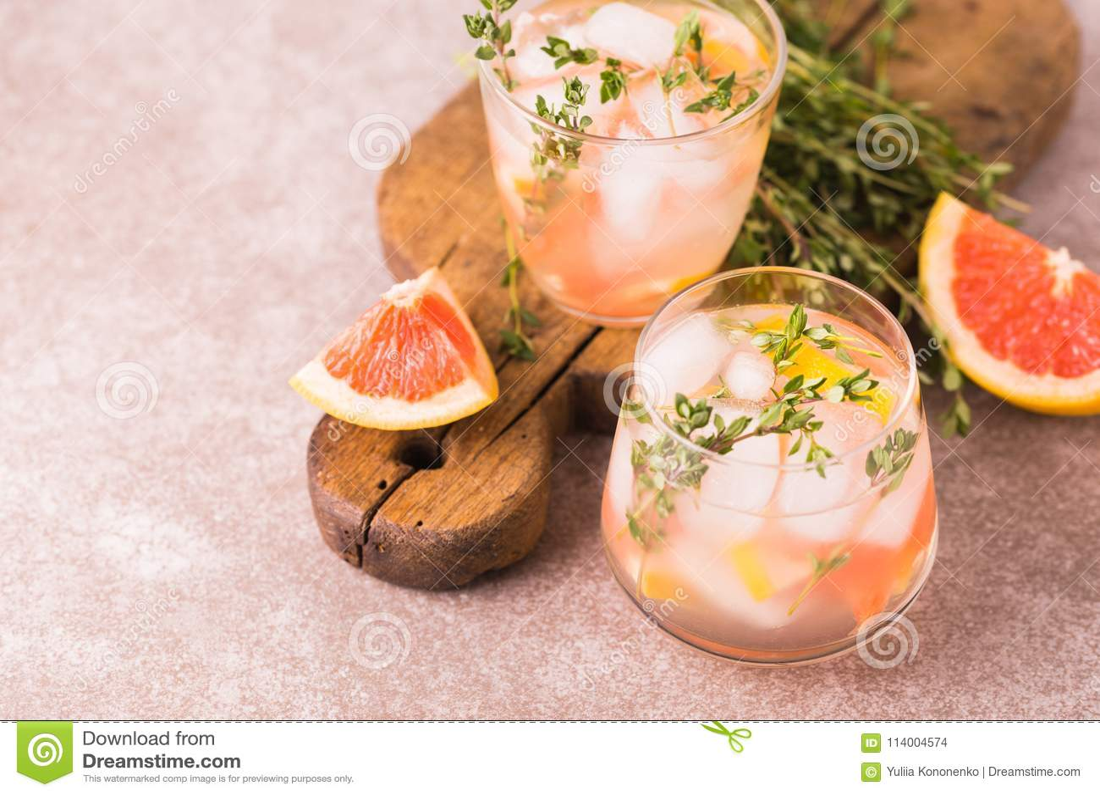 Jenever bittere citroen met thyme en grapefruit Fruitlimonade