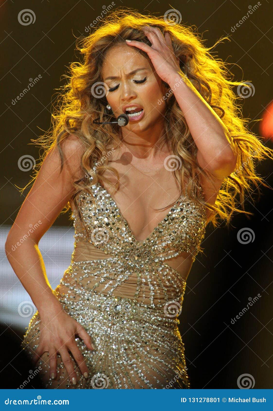 Jennifer Lopez führt im Konzert durch