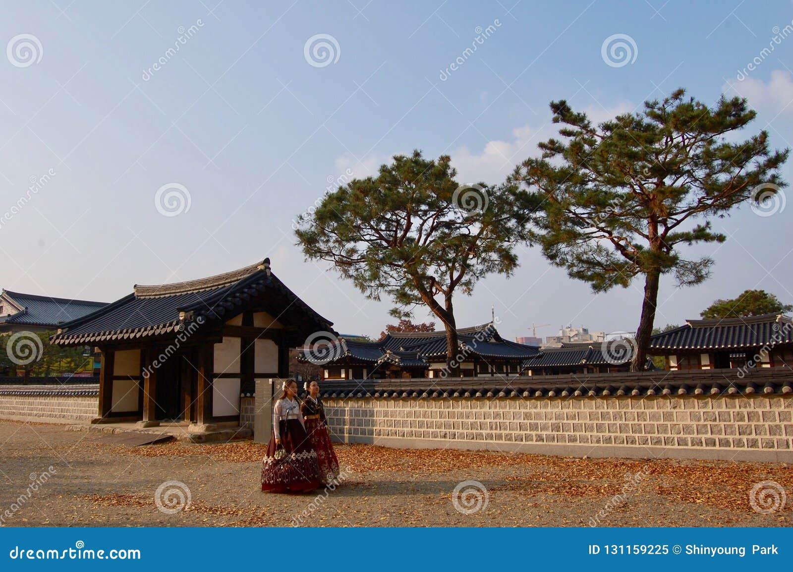 Jeonju Hanok wioska, korea południowa - 09 11 2018: Kobieta w hanbok sukni wśrodku tradycyjnego pałac