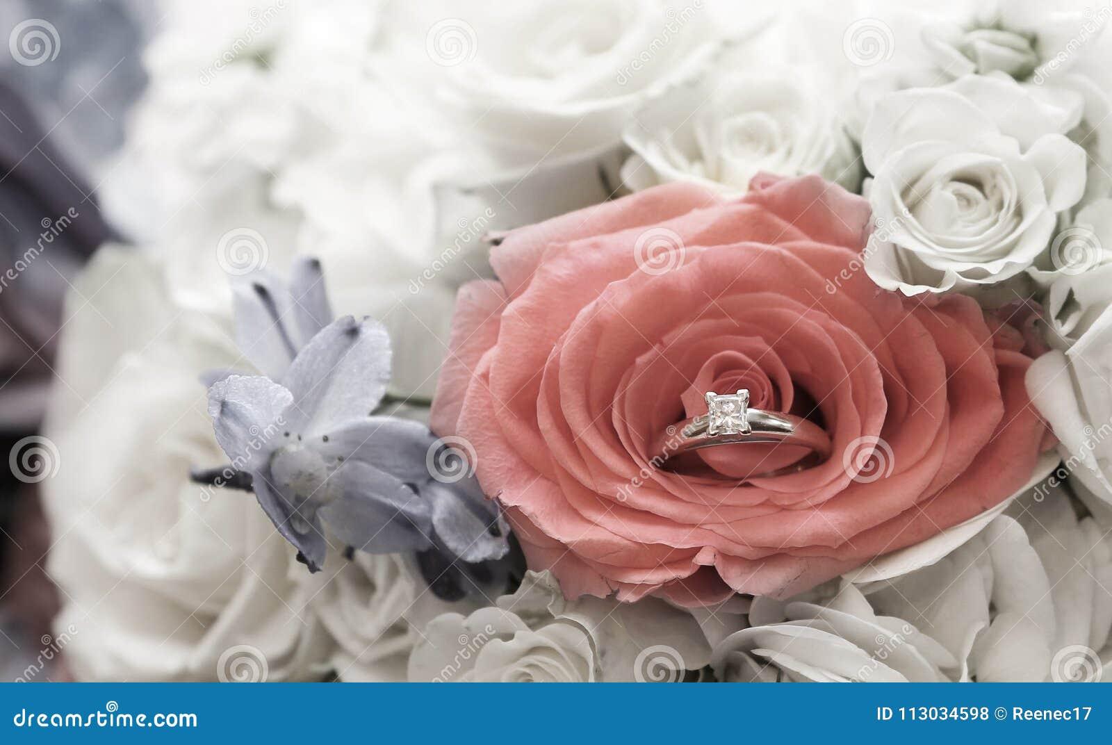 Jerarquización del anillo de compromiso en el ramo del ` s de las novias de flores