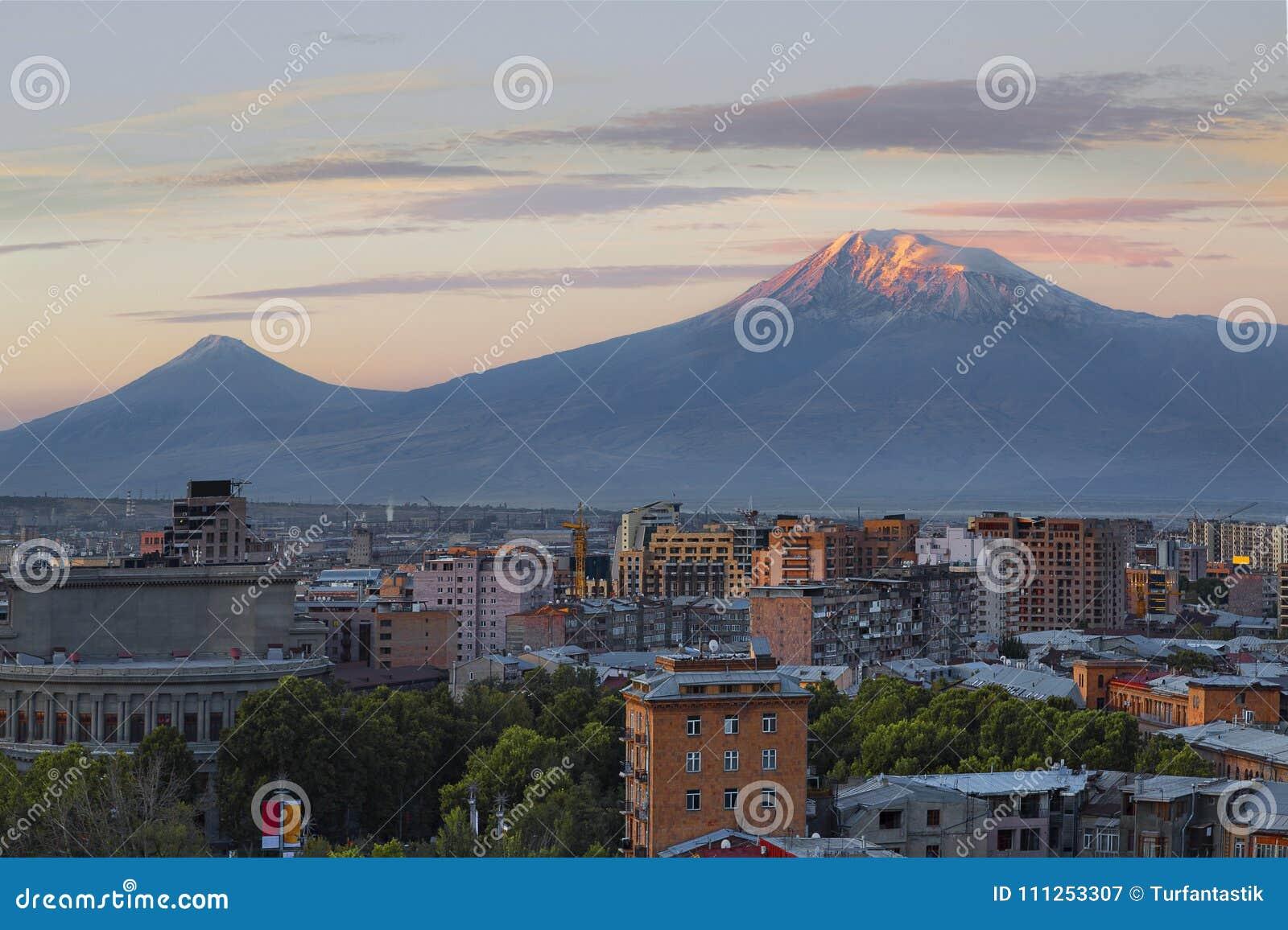 Jerevan, πρωτεύουσα της Αρμενίας στην ανατολή με τις δύο αιχμές του υποστηρίγματος Ararat στο υπόβαθρο