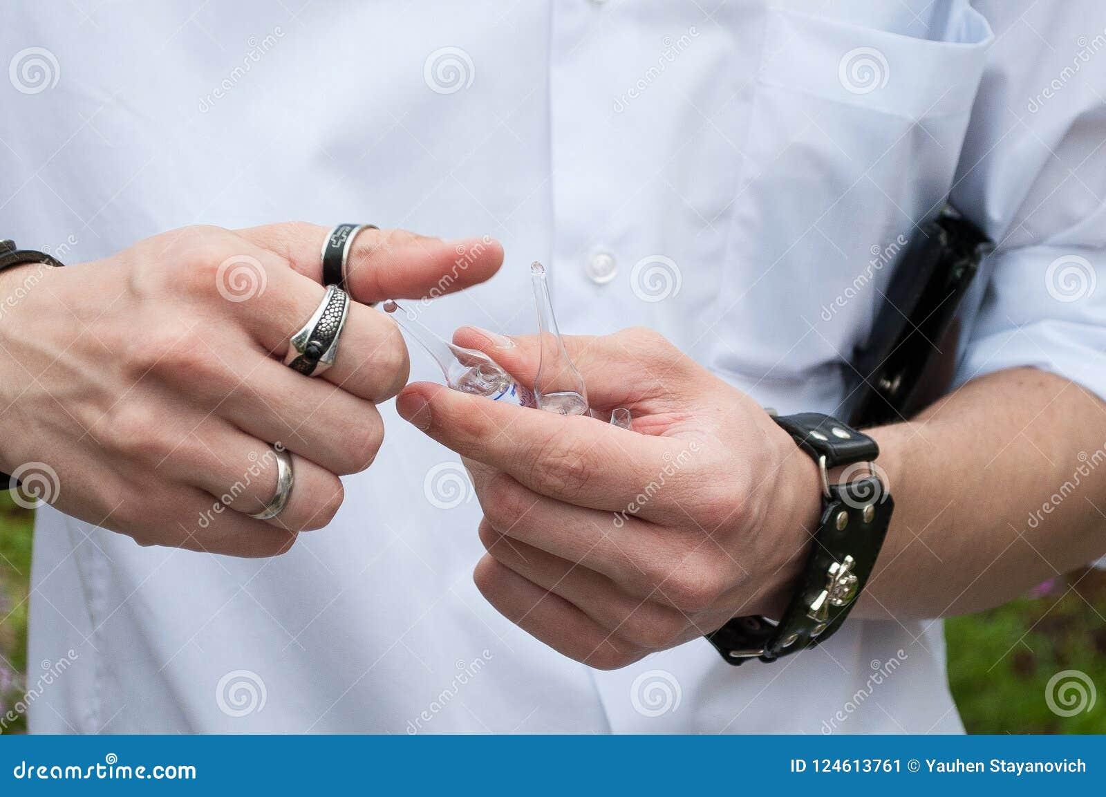 Jeringuilla, inyección médica a disposición, palma o fingeres Equipo plástico de la vacunación de la medicina con la aguja Enferm