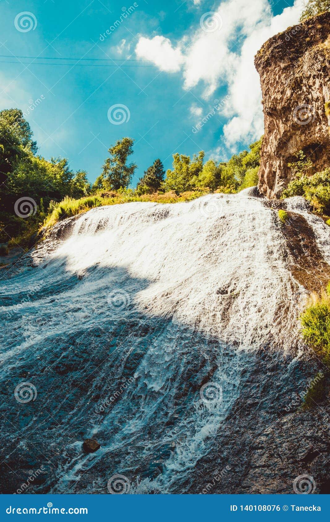 Jermukaantrekkelijkheid, het Haar van de watervalmeermin Jonge volwassenen Reis naar Armenië Actieve vakantie Armeense excursie D