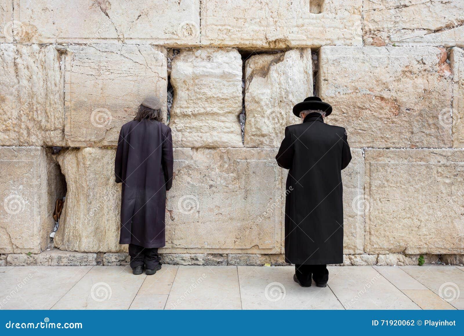 JEROZOLIMA IZRAEL, MARZEC, - 15, 2016: Dwa mężczyzna ono modli się przy Wy ścianą w starym grodzkim Jerozolima (Izrael)