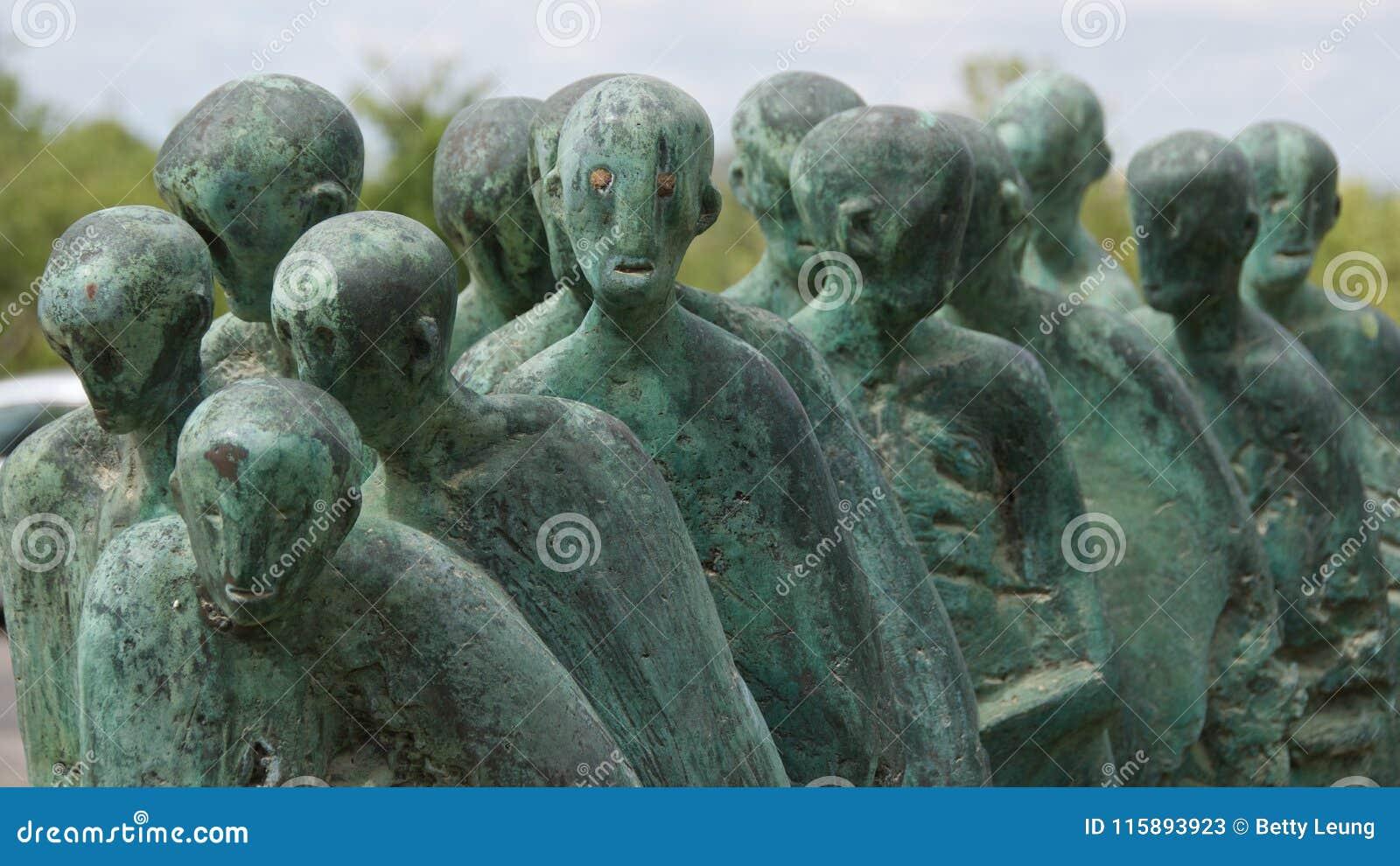 Jerozolima Izrael, Marzec, - 2018: Odwiedzać statuę śmierć Marzec od Dachau w Yad Vashem muzeum w Jerozolima, Izrael