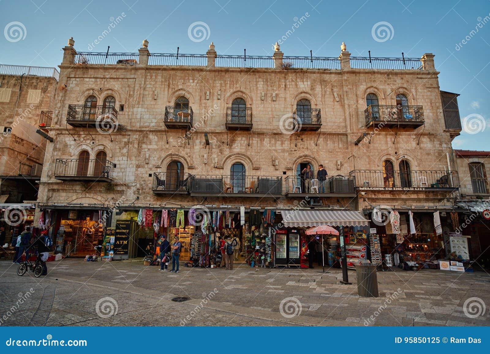 Jerozolima - 04 04 2017: Turysty spaceru synklina rynek w o