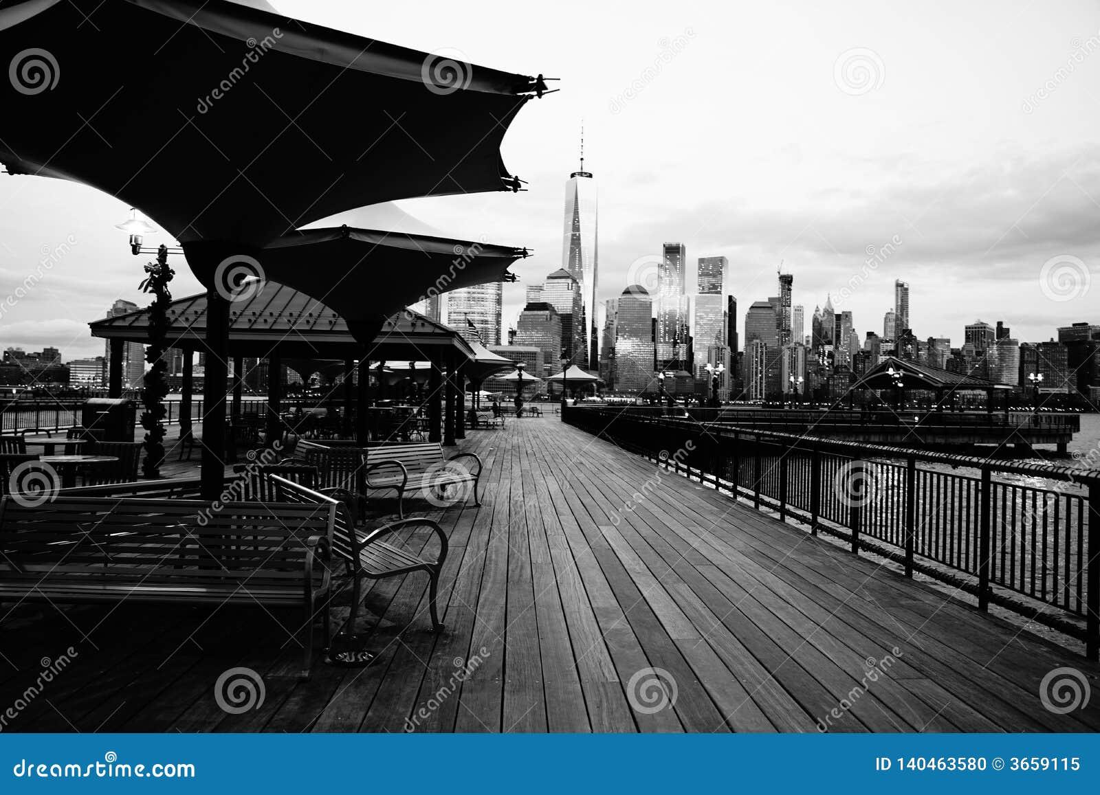 Jersey City, NJ/EUA - 01 01 2019: Vista excitante de New York City de J Owen Grundy Park, New-jersey