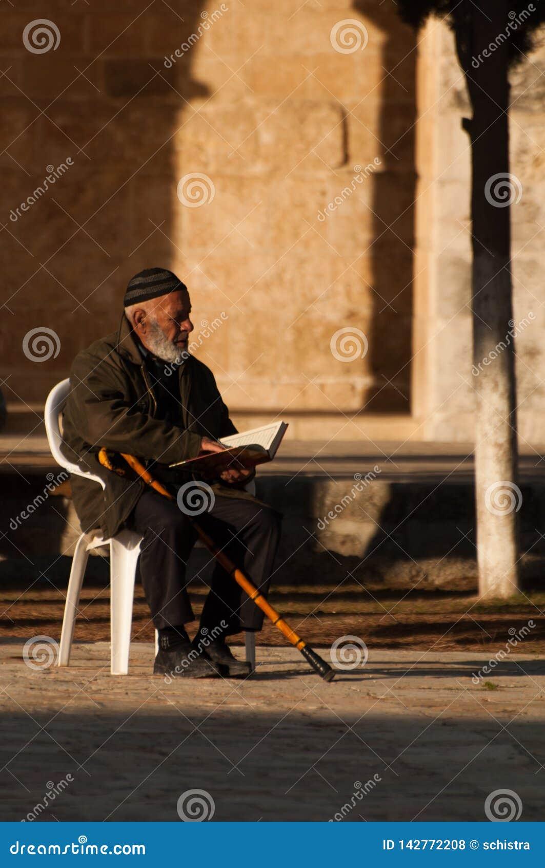 Jerusalém, em dezembro de 2012: O homem idoso reza no templo da montagem no Jerusalém, Israel