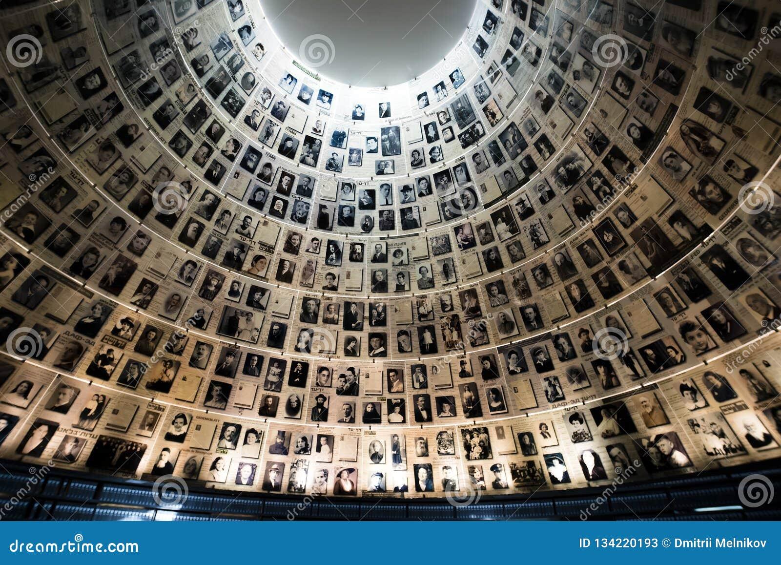 Jerusalém, Israel - 27 de fevereiro de 2017: O Salão dos nomes no local memorável do holocausto de Yad Vashem no Jerusalém, Israe
