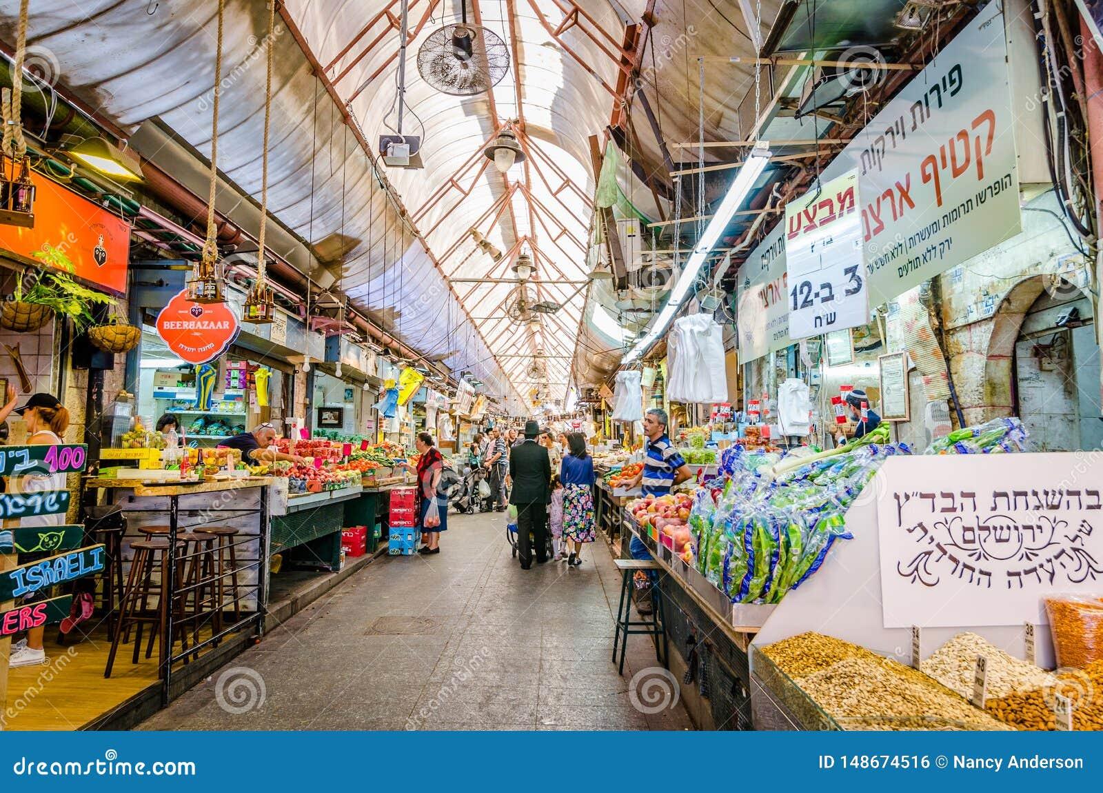 Jerusalén, Israel 16 de agosto de 2016: Compras judías de la familia en el mercado en Jerusalén, Israel