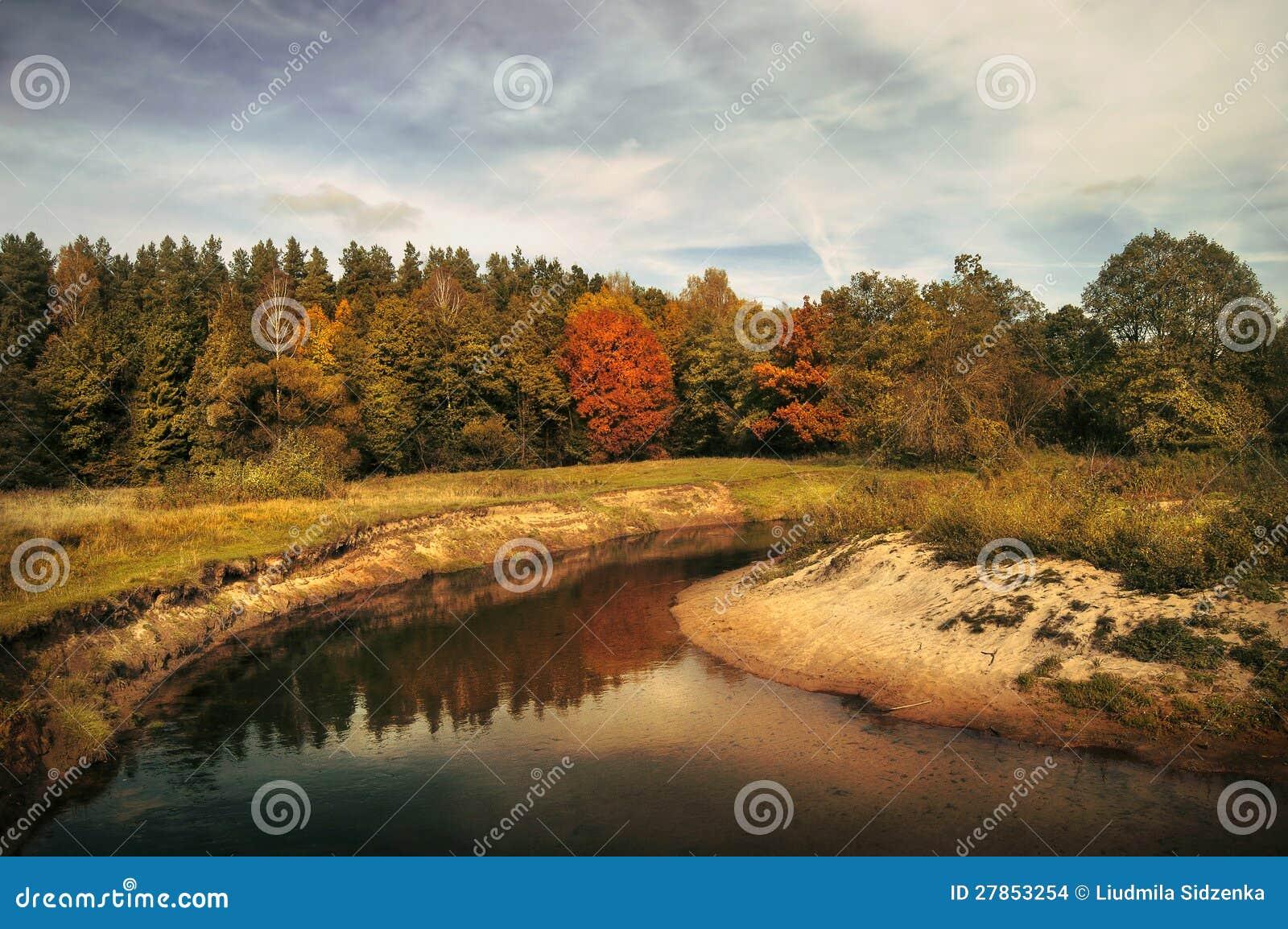 Jesień drzewa zbliżać rzekę