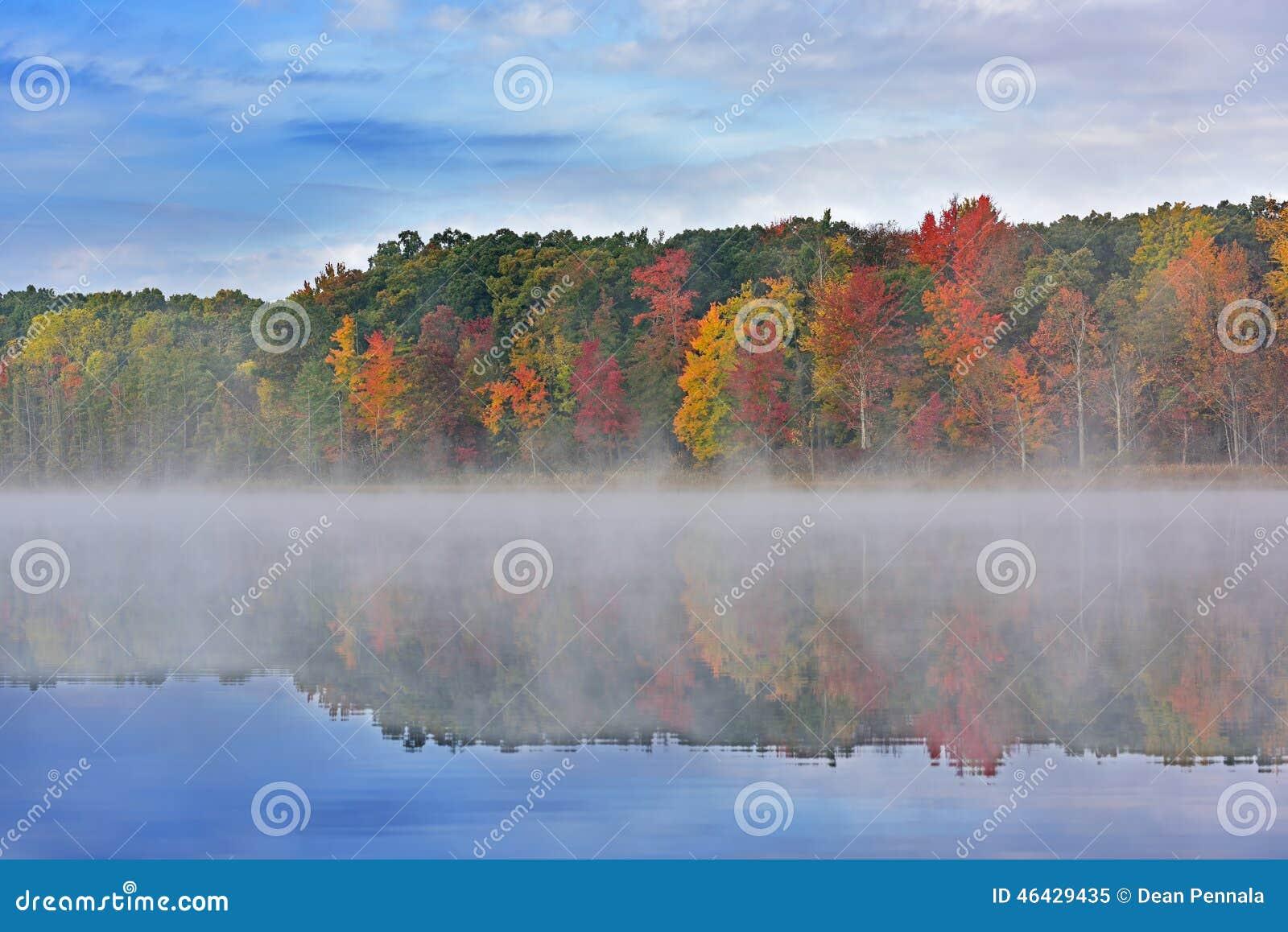 Jesień Głęboki jezioro z mgłą