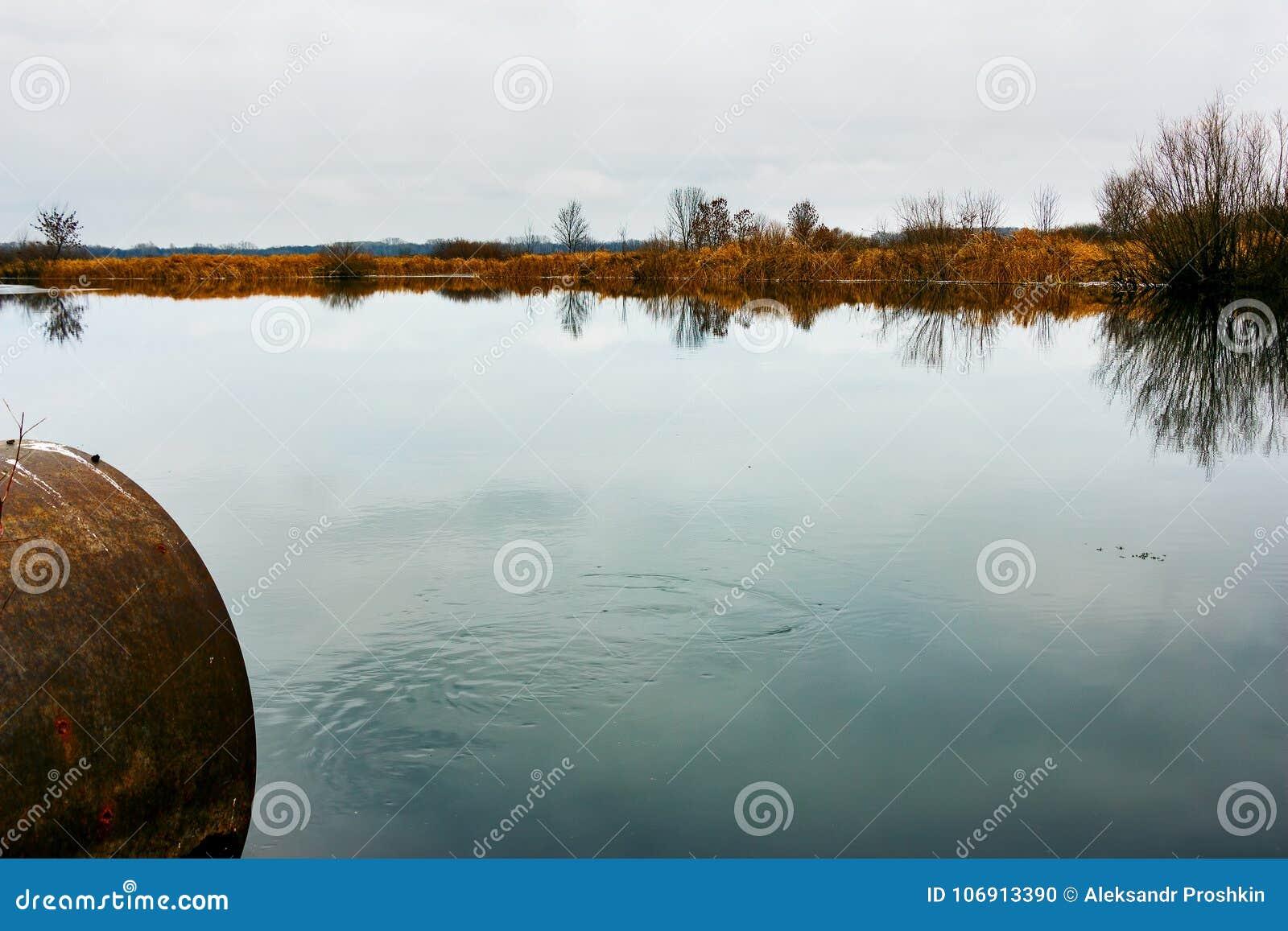 Jesień jezioro z drymbą