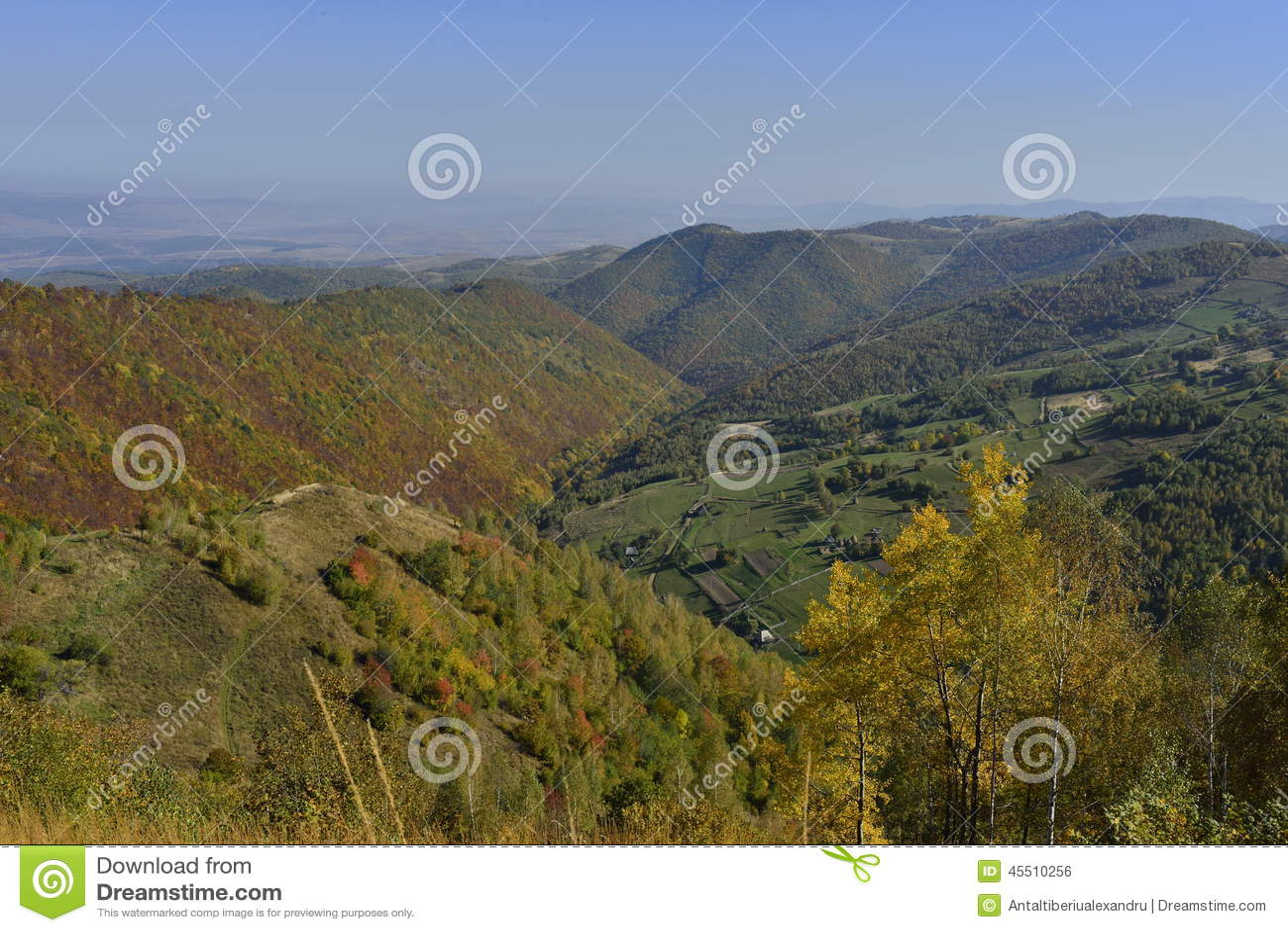 Jesień krajobraz z górską wioską