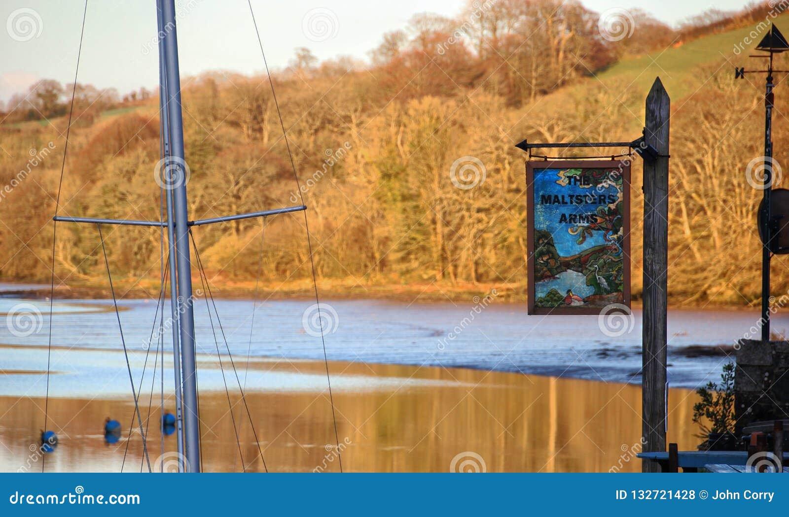 Jesień na Harbourne rzece brzeg rzekiego pubie i, Anglia