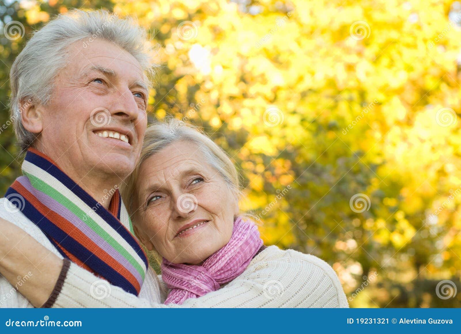 Jesień pary starszych osob park