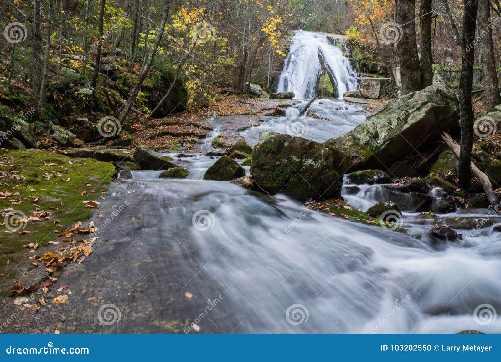 Jesień widok huczenie bieg siklawa lokalizować w Eagle skale w Botetourt okręgu administracyjnym, Virginia - 4