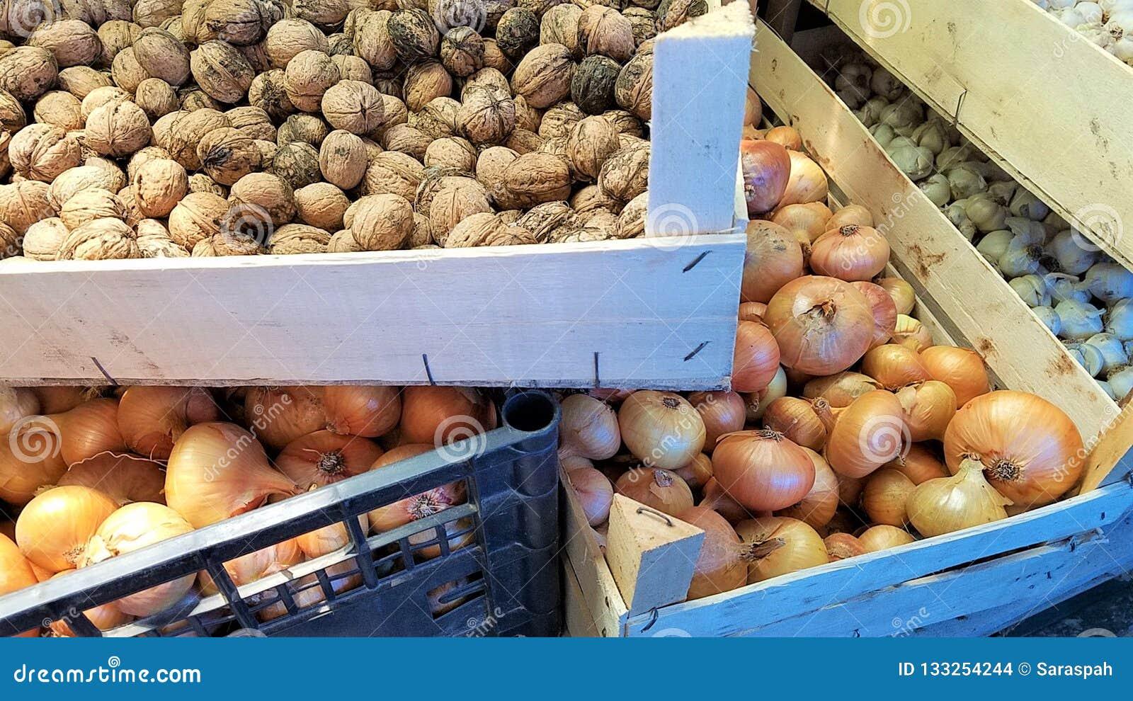 Jesieni żniwo: orzechy włoscy, cebule i czosnek,