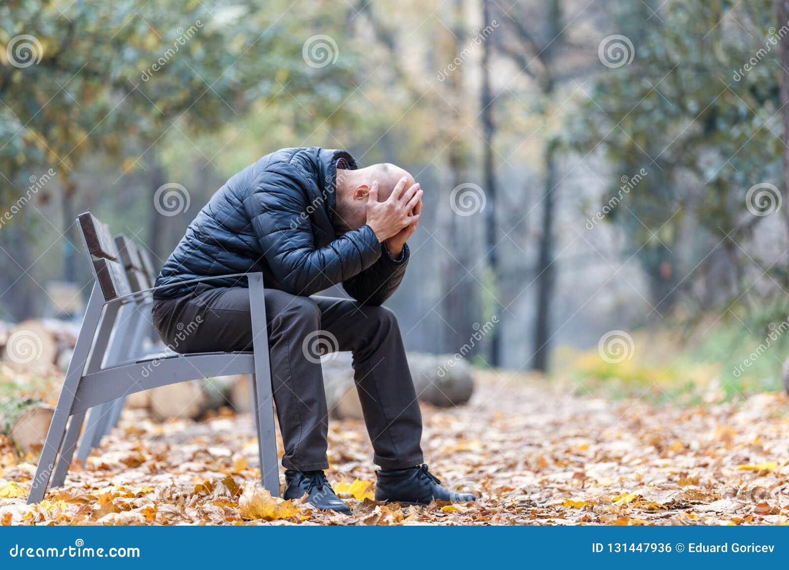 Jesieni depresja w parku i smucenie