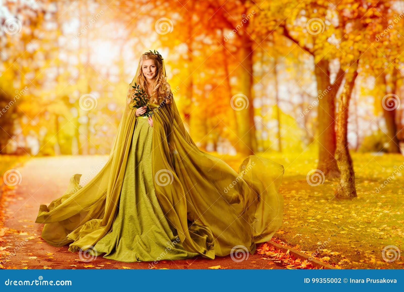 Jesieni kobieta, moda modela Plenerowy portret, dziewczyna spadku suknia