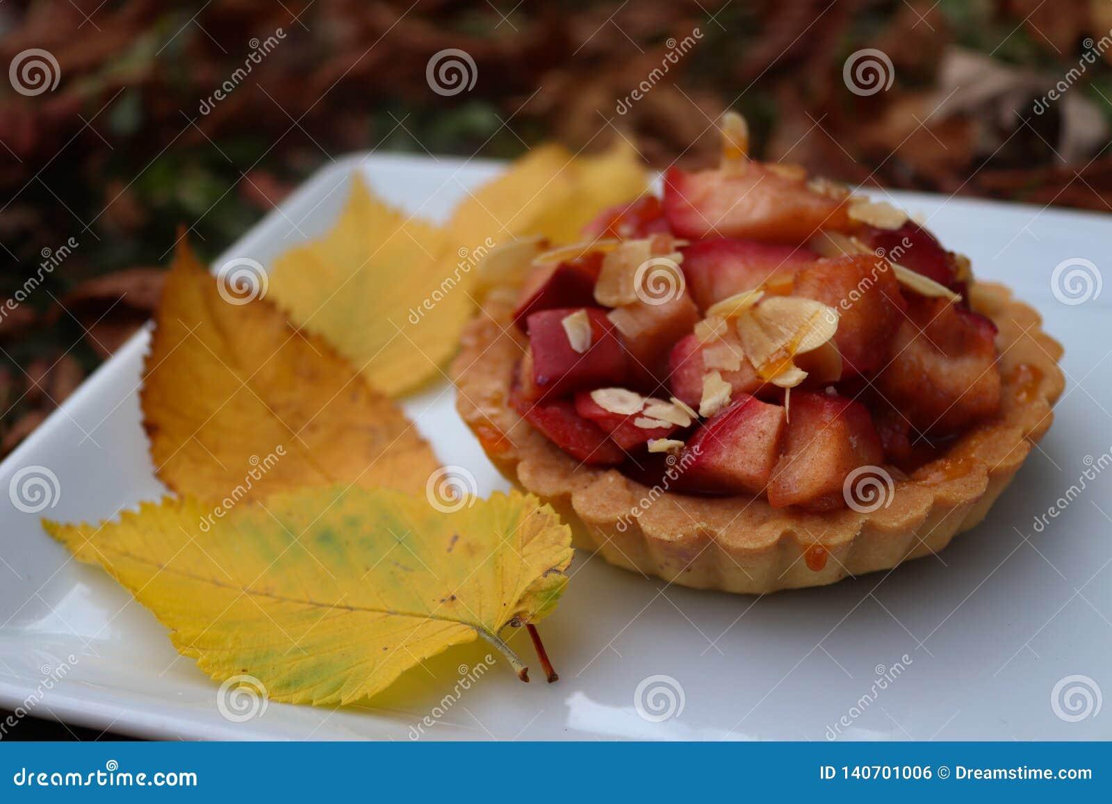 Jesieni kolorowy tartlet z jabłkami