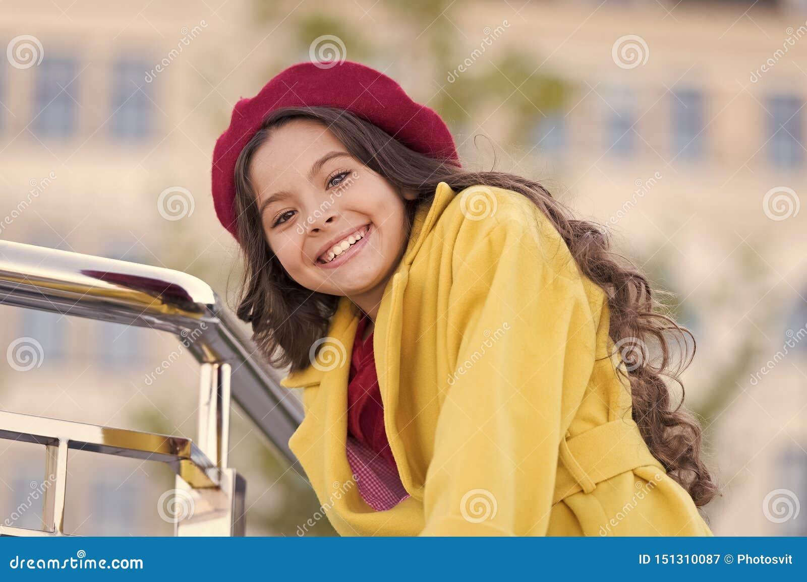 Jesieni mody kapeluszowy akcesorium Francuski trendu sezon jesienny Dziewczyna spaceru defocused t?o Powabny ma?y francuza styl