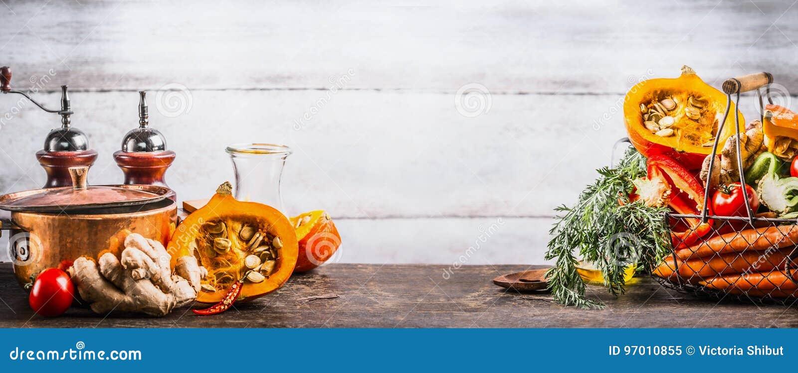 Jesieni sezonowy kulinarny pojęcie Różnorodnej jesieni sezonowi organicznie warzywa: bania, marchewka, papryka, pomidory, imbir w