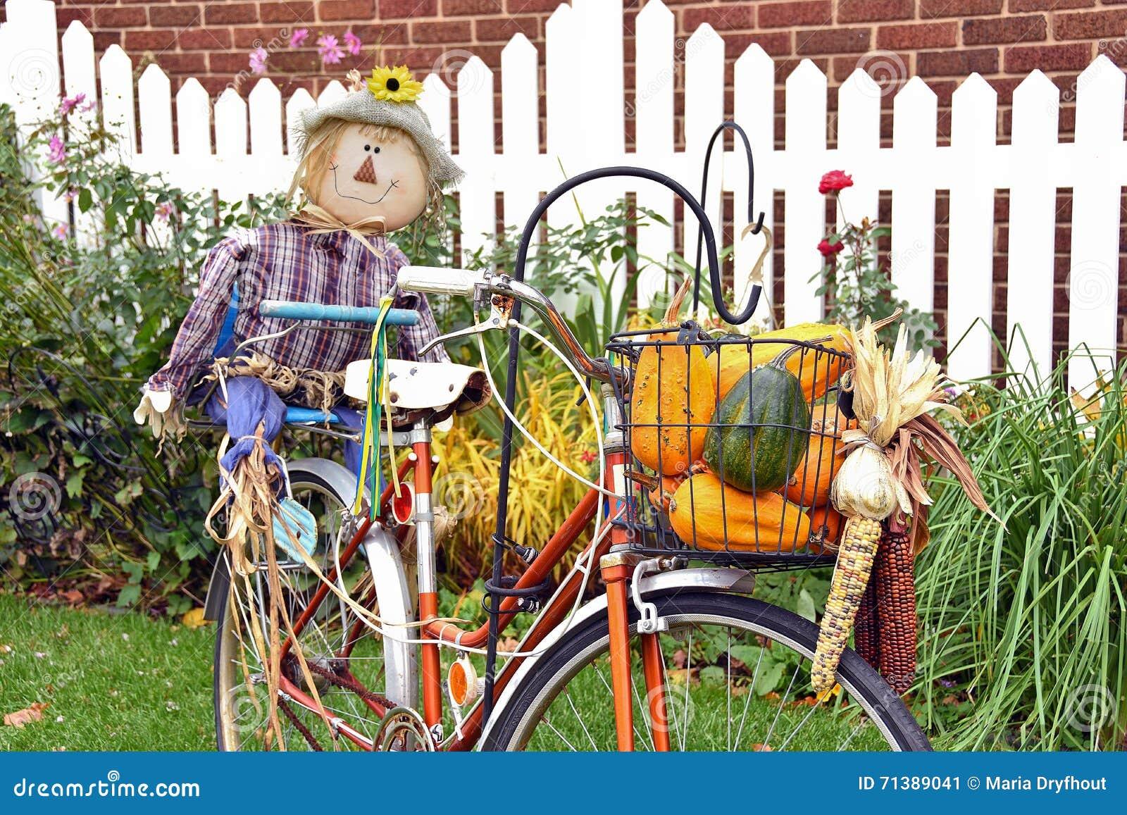 Jesieni strach na wróble na bicyklu