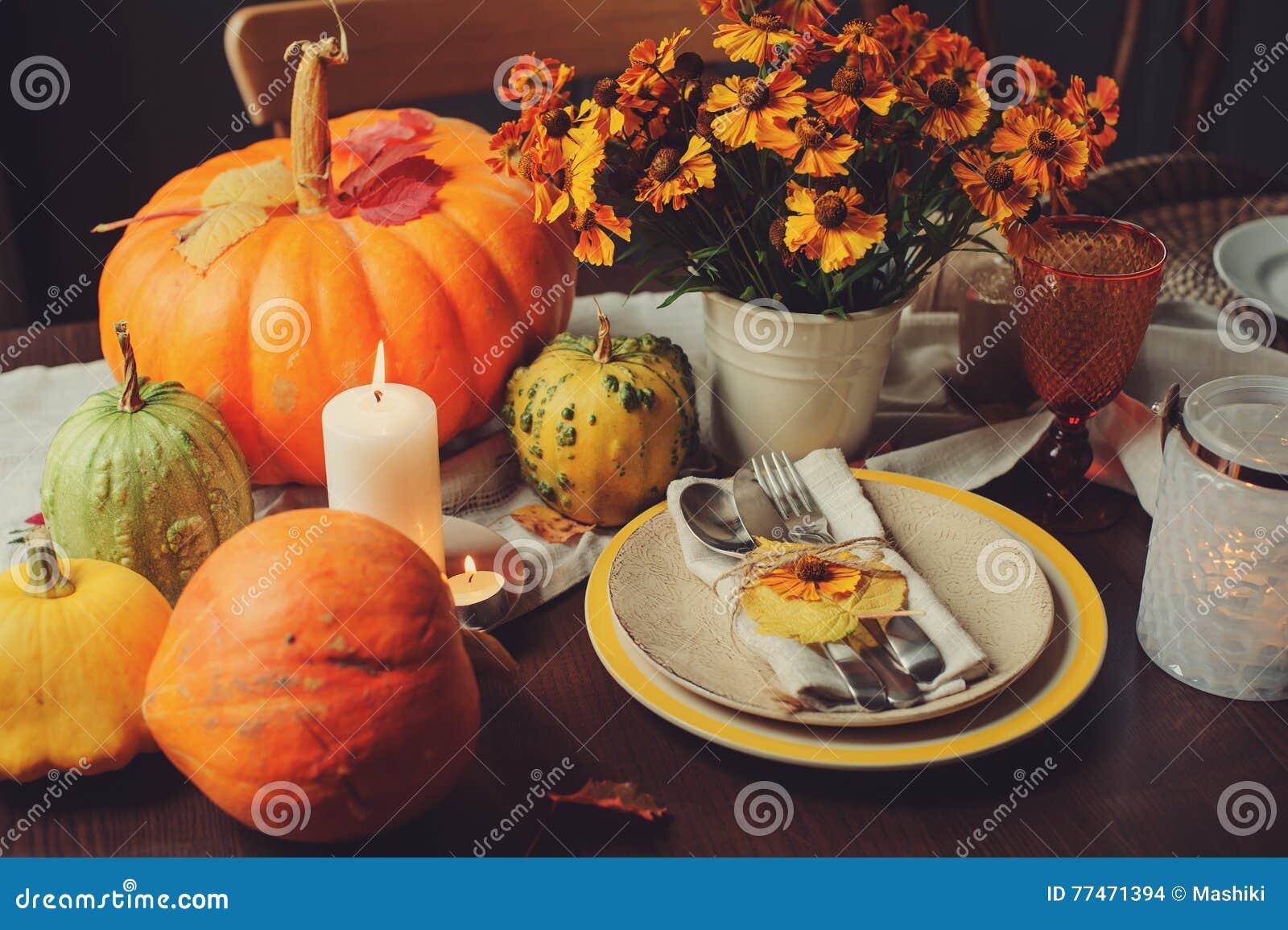 Jesieni tradycyjny sezonowy stołowy ustawiać w domu z baniami, świeczkami i kwiatami,