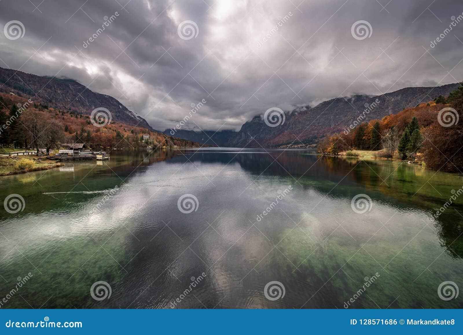 Jesieni ulistnienie na jeziorze Krwawiącym