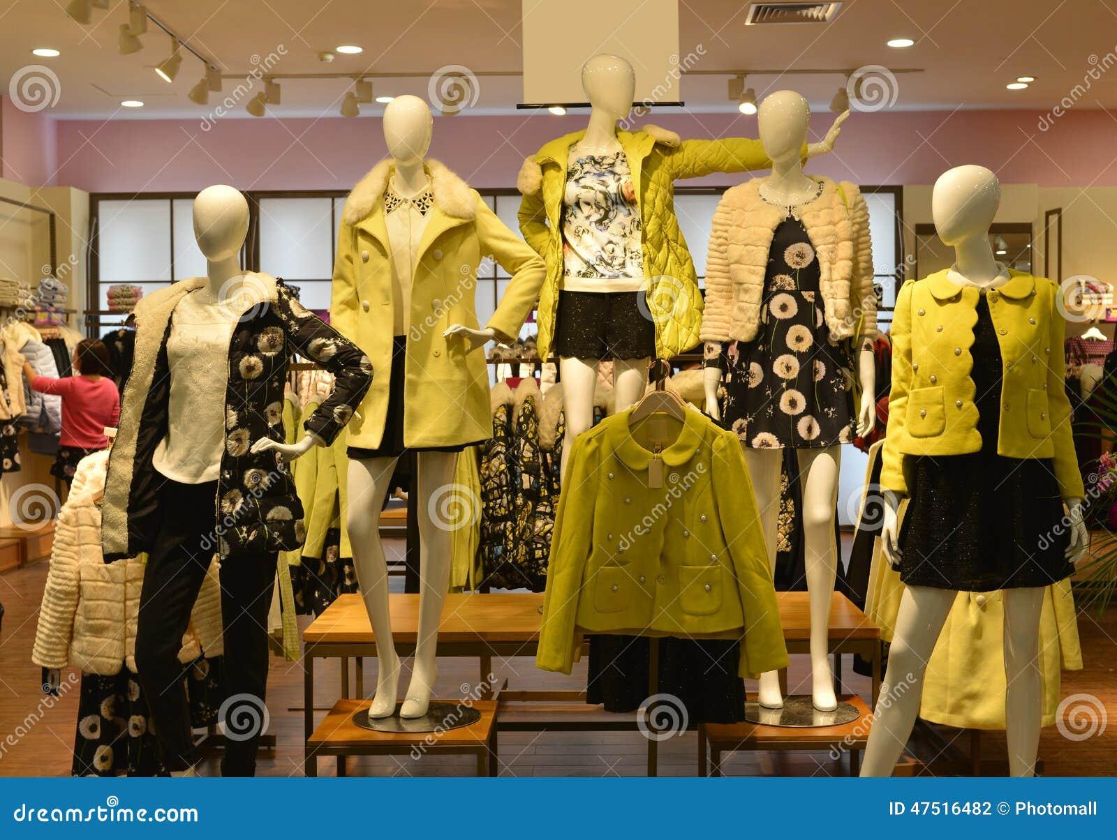Jesieni zimy mody Mannequins w mody odzieży robią zakupy