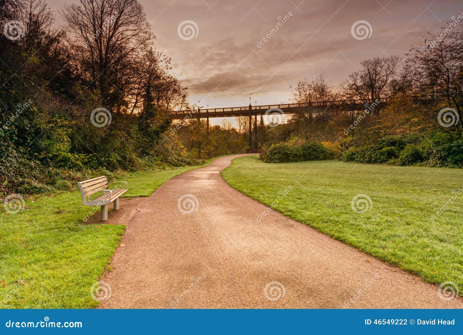 Jesmond Dene au-dessous de pont d Armstrong