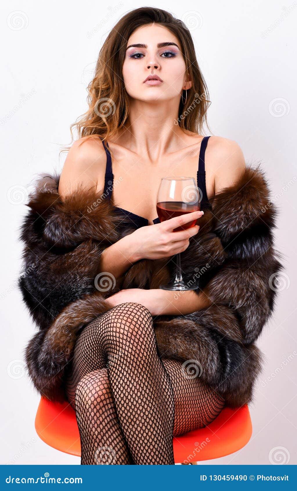Jest mógł wasze Kobieta uwodzicielski model cieszy się wino odzieży luksusowego futerko i elita bieliznę Dziewczyna ty marzysz wo