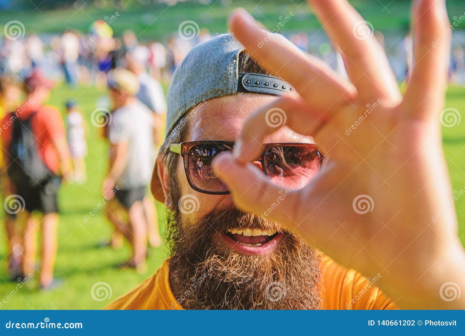 Jest pewny w twój wakacje Mężczyzna brodaty przed tłumu brzeg rzeki tłem Książkowy biletowy lato festiwal wewnątrz